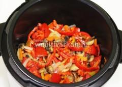 Добавьте помидоры и сладкий перец, обжарьте еще пару минут