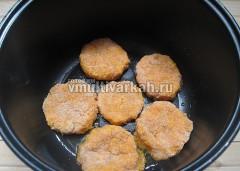 Сформируйте котлеты, включите режим Жарка, добавьте сливочное масло, обжарьте с одной стороны 5-7 минут