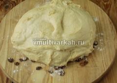 Выложите тесто и обомните, чтобы изюм распределился равномерно