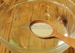 Тем временем замесим тесто, в миску налейте 220 мл теплой воды и всыпьте 1 ст.л. сухих дрожжей, перемешайте