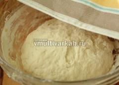 Замесите эластичное тесто, накройте и оставьте подходить, пока готовится начинка