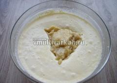 Добавьте в творожное тесто, по желанию добавьте ванилин, перемешайте