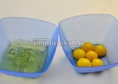 Отделить белки от желтков, белки поставить в холодильник
