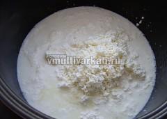 Молоко доведите до кипения в режиме Суп, добавьте протертый творог