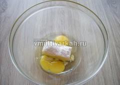 Яйца, мягкое масло, соду и соль взбить блендером