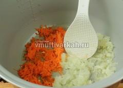 В чашу налейте ложку масла, выложите морковь и оставшийся лук
