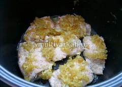 Переверните и выложите сверху обжаренный лук с чесноком