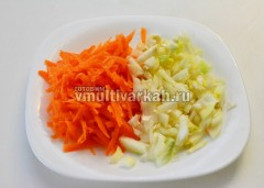 Порежьте лук и натрите на терку морковь