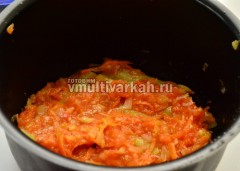 СВерху выложите оставленные овощи и натертый томат