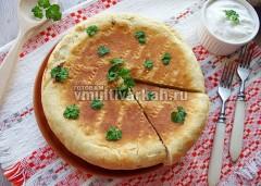 Нарежьте на порционные куски и подавайте со сметаной