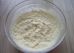 Творог с яйцами и солью взбейте блендером