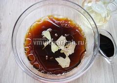 Заварите чай, процедите, добавьте подсолнечное масло, соевый соус, соль, лавровый лист и перец