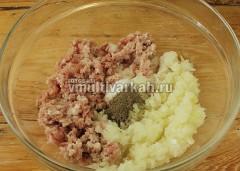 В фарш добавьте соль, перец и измельченный в блендере лук