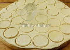 Тесто разделите на 2 части, раскатайте, вырежьте кружочки рюмочкой