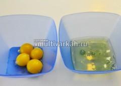 Отделить желтки от белков, белки убрать в холодильник