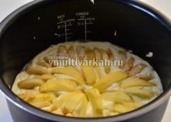 Выложить яблоки по кругу на тесто, слегка придавливая