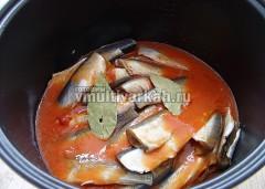 Залить рыбу томатом, добавить лавровый лист, перевести мультиварку в режим Тушение на 2 часа