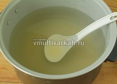 Влейте фильтрованную воду и готовьте сироп 10 минут при 120 градусах в режиме Мультиповар