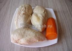 Мясо и морковь отложите на тарелку, бульон процедите
