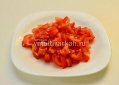 Спелый помидор также порежьте дольками