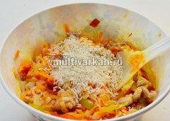 Выложите начинку в отдельную миску, добавьте рис
