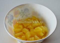 Порезать ананасы