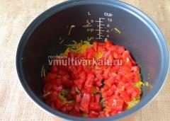 Добавьте нарезанные кубиками помидоры