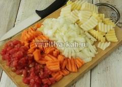 Пока готовится мясо, очистите и нарежьте овощи