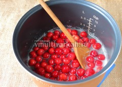 В сироп опустите промытые ягоды черешни с косточкой