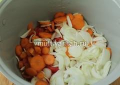 Влейте в чашу масло, выложите томаты, лук и морковь