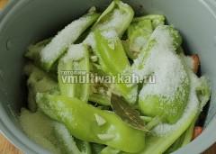 Добавьте соль, сахар, чеснок, лавровый лист, готовьте в режиме тушение 1 час