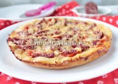 Дайте пицце отдохнуть пару минут, затем извлеките из чаши на блюдо