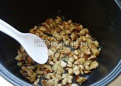 Влейте в чашу растительное масло и обжарьте грибы с луком в режиме Жарка пару минут