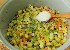 Всыпьте соль, сахар, добавьте горький перец, запустите режим тушение на 1 час