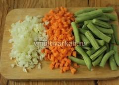 Фасоль промойте, отрежьте хвостики, измельчите, также очистите и порежьте лук и морковь