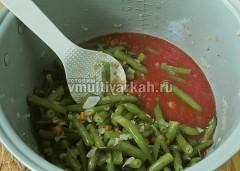 Влейте томатный сок