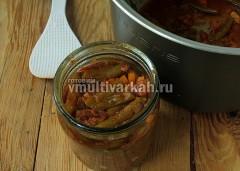 Готовым салатом наполните подготовленную стерильную баночку