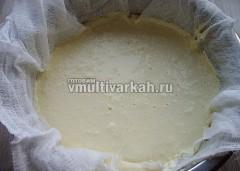 После того, как содержимое чаши остынет, откинуть смесь на застеленный в несколько слоев марли дуршлаг и отцедить