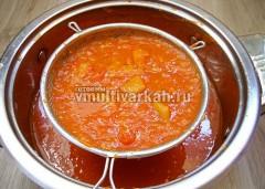 Протрите тушеные помидоры через сито