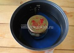 Застелите дно мультиварки силиконовым ковриком, поставьте баночку, накрытую крышкой, налейте теплую воду до плечиков, стерилизуйте 10 минут после закипания в режиме Варка на пару