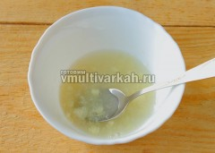 В пиалу выдавите чеснок, добавьте соль, уксус, сахар и перемешайте