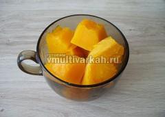 Выложите в отдельную емкость или чашу блендера, добавьте немного воды, в которой она варилась