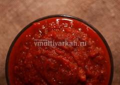 Пересыпьте соус в подходящую тару