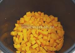 Уберите на тарелку, в чашу выложите кубики тыквы и так же обжарьте 5-7 минут