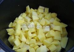 К мясу выложите нарезанный картофель