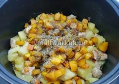 Добавьте обжаренную тыкву, соль, итальянские травы, тушите еще 15 минут