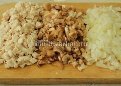 Измельчить куриное филе, ножки грибов и луковицу