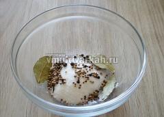 В миску выложить соль, сахар и все специи