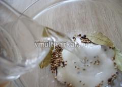 Влить воду и перемешать дол полного растворения соли и сахара