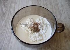 В сливки добавить крахмал, соль и специи